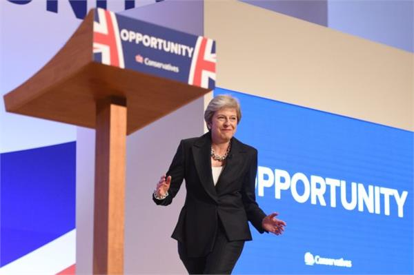 british pm theresa may dances on stage ahead of speech at party meet