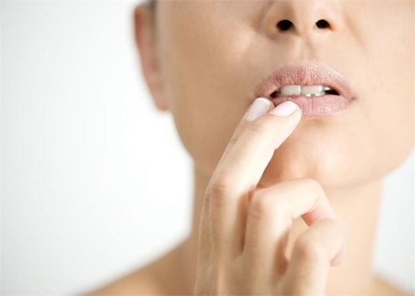 होंठों की सूजन को रातभर में ऐसे करें गायब - Nari