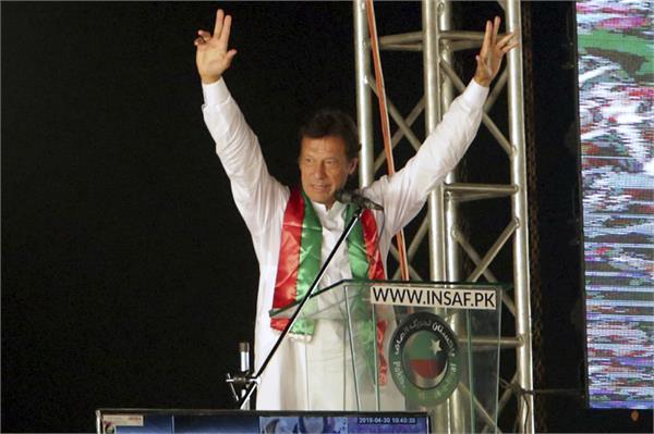 in imran s naya pakistan wear dupatta to enter govt building