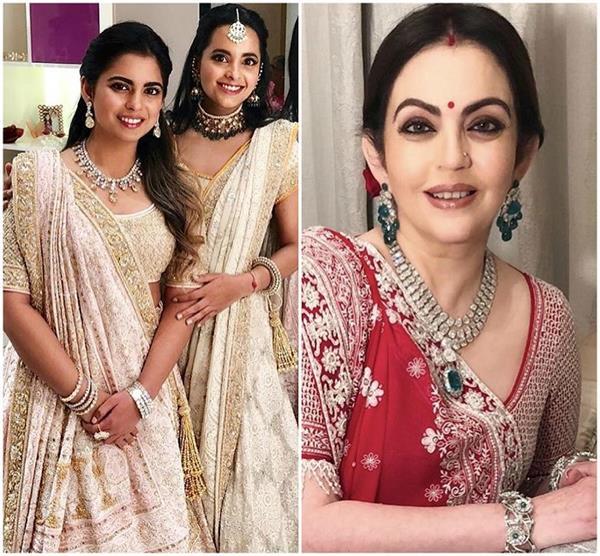 अबू जानी-संदीप खोसला की डिजाइनर ड्रेस में मां नीता और बेटी ईशा, देखें तस्वीरें