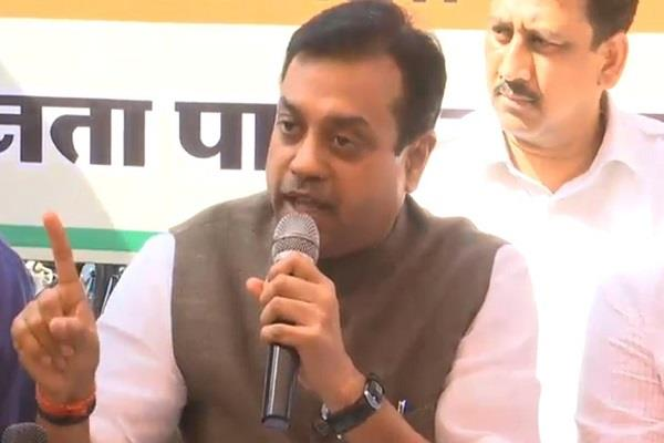 sambit patra attck on gandhi family