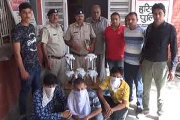 3 youths including 5 pistols and 11 live cartridges arrested