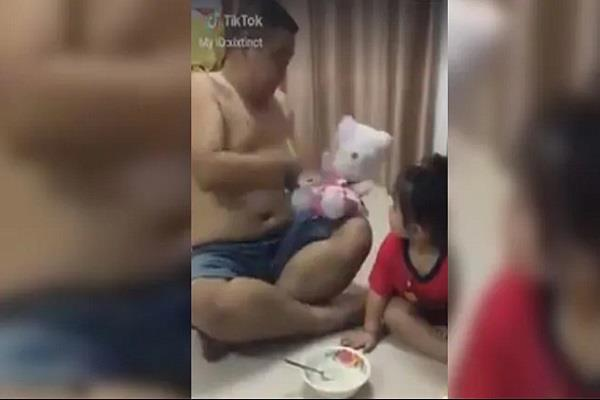 father feeds food to daughter viral funny video
