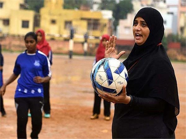 बुर्के में लड़कियों को फुटबॉल की ट्रेनिंग देती है तमीम