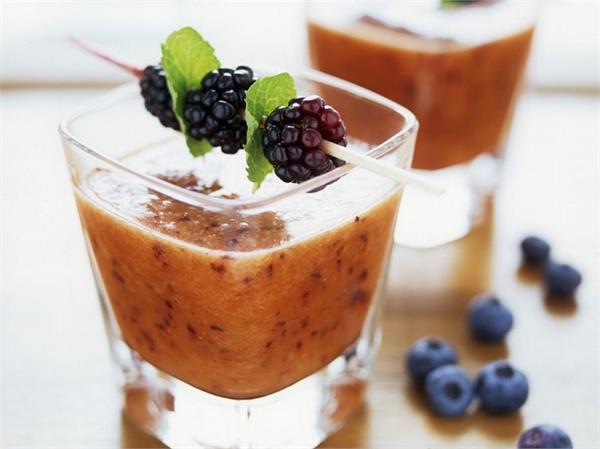मेहमानों के लिए बनाएं Berry, Carrot and Bran Smoothie