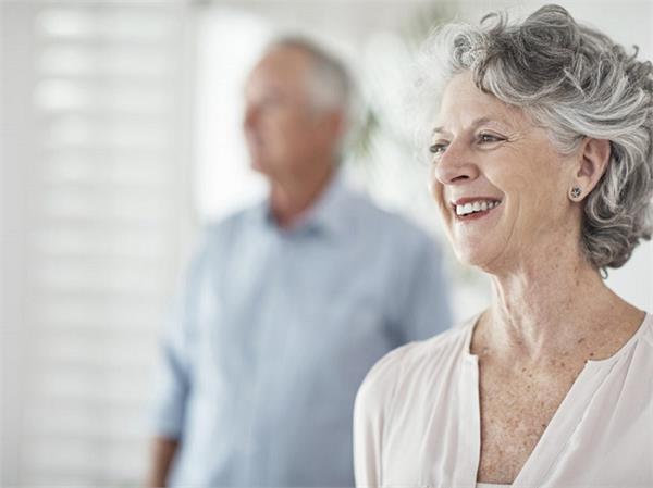 पुरुषों के मुकाबले महिलाएं क्यों जीती हैं लंबी उम्र?