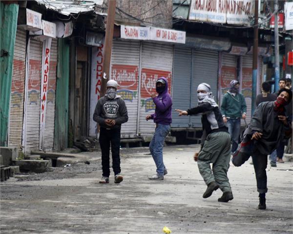 bjp candidate injured in stone pelting in bandipora