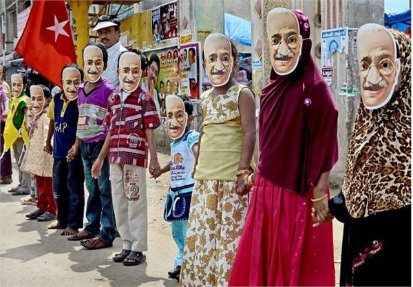 more than 7000 children form the face of bapu created through the human chain