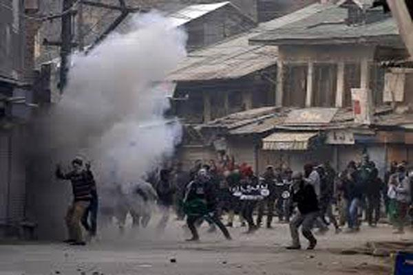 seccurity forces use tear gas shell on protestors in kupwara