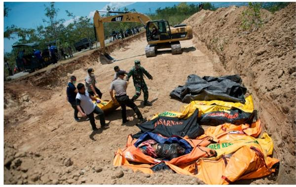 indonesia tsunami mass grave dug for 1 300 victims