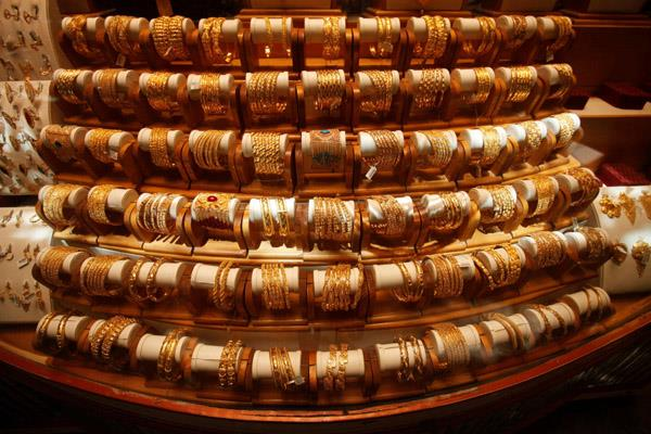 gold falls rs 70 on global cues weak demand