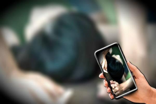 पति ने दी अश्लील फोटो इंटरनेट पर वायरल करने की धमकी - husband threatens to make viral photos on internet