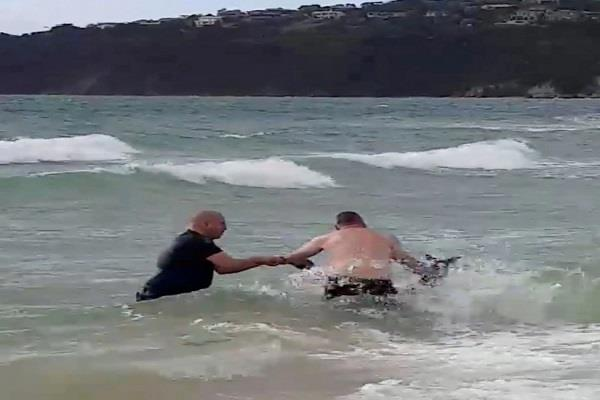 watch how cops rescued a kangaroo struggling in the sea