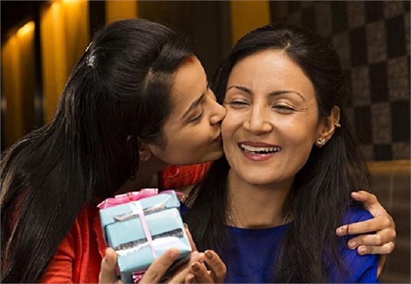 करवाचौथ स्पैशलः पैसे नहीं, इस बार बाया में ये Gifts देकर सास करें खुश