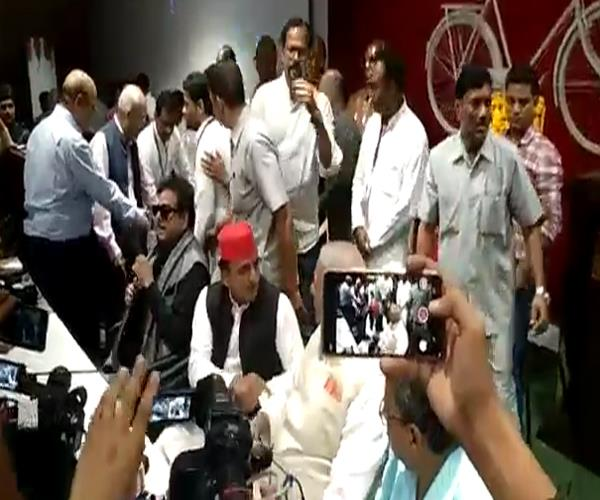 yashwant and shatrughan sinha arrive at sp office fiercely attacked bjp