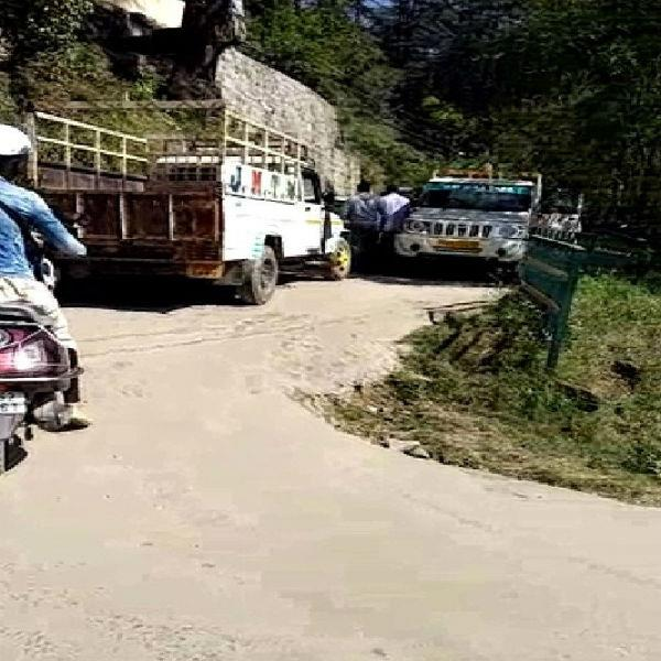 khalini chamber road route pickup car incident