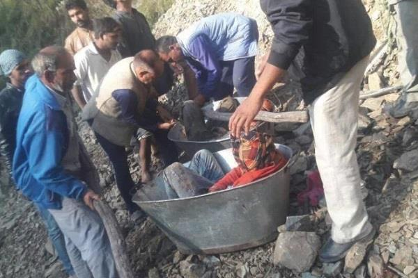 injured people putting in tubs and pulled out of the ditch