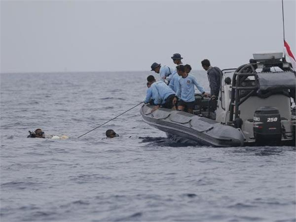 indonesia plane crash jet s fuselage may have been found in java sea
