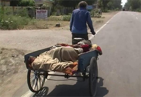 sick mother took the hospital on a rickshaw