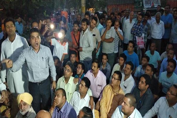 bjp leaders did encroach on police station demonstrate on road