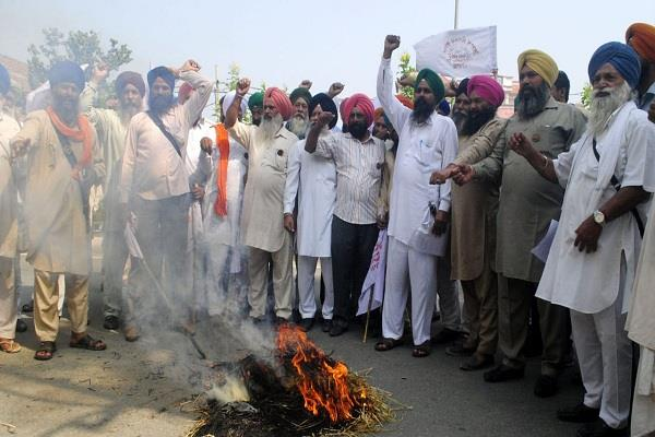 trains to stop farmers 18 blow the effigy of modi government