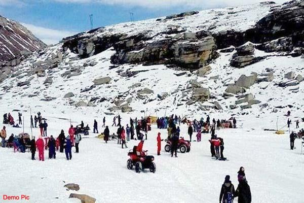 snowfall in rohtang fiercely enjoyed by tourists