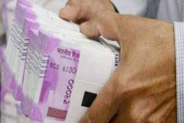 6 lakh looted at gun point