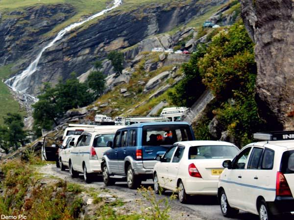 vehicles stranded in this village of lahaul for 17 hours