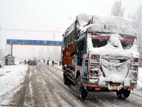stop the movement of vehicles on the keylong leh route