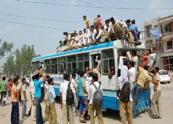 people traveling to death to get home on diwali