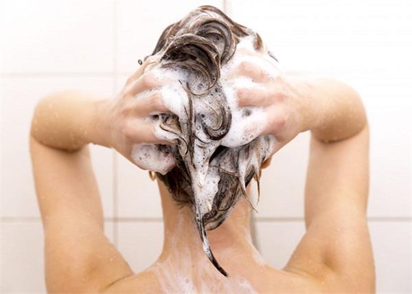 सही तरीके से करेंगे बालों में शैम्पू तभी मिलेगा पूरा फायदा