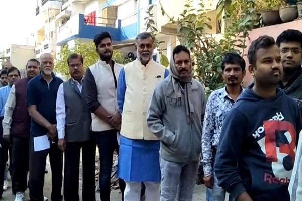 former union minister prahalad patel cast in vote in line