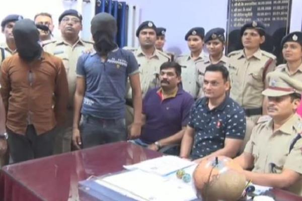 arrested from mumbai with two kilos of gold