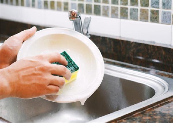 प्लास्टिक के बर्तनों पर लगे जिद्दी दाग आसानी से छुड़ाएंगे ये आसान टिप्स