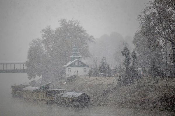 heavy snow in j k 300 people were rescued