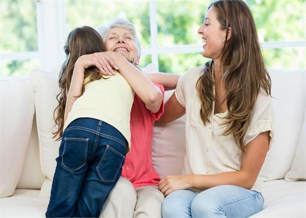 बच्चों की सेफ्टी की है बात, मेहमानों को गले लगाने के लिए ना डालें दबाव