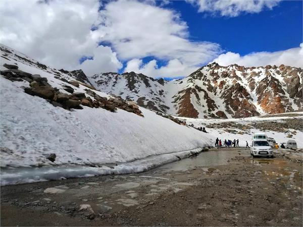 ladah is cut of from kashmir due to snowfall