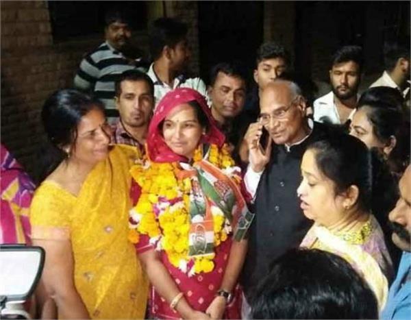 राजस्थानः चुनावी सरगर्मी, मायके में 300 फीट लंबी चुनरी से स्वागत