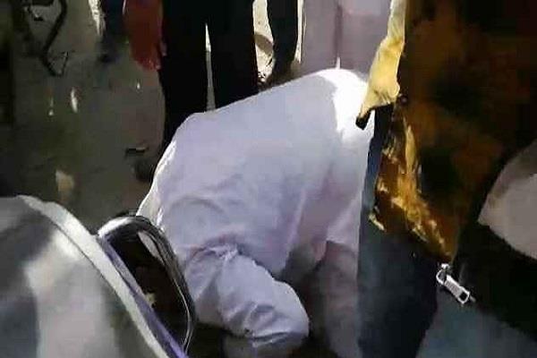 कांग्रेस नेता की कार से उछला कीचड़, लोगों ने नाक रगड़वाकर मंगवाई माफी