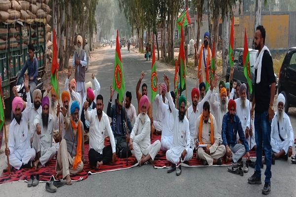 indian farmer union revolutionary sloganeering by stopping the road