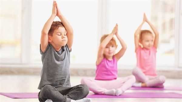 सुबह या शाम, बच्चे को योग करवाने के लिए कौन-सा समय है बैस्ट?