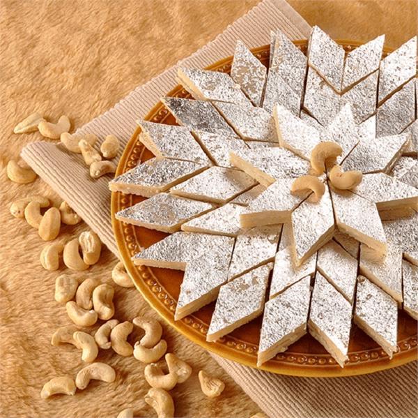 भाई-दूज पर खुद बनाएं स्वादिष्ट Kaju Katli