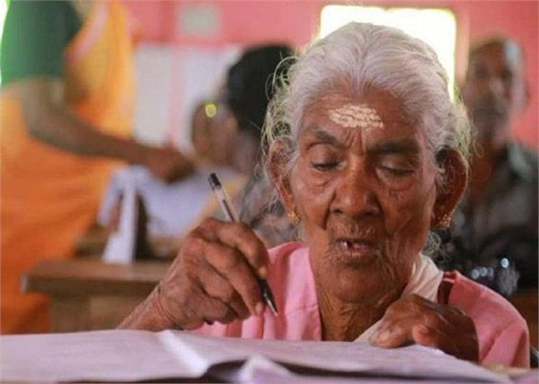 जज्बे को सलाम! साक्षरता मिशन परीक्षा में 96 वर्षीय महिला ने प्राप्त किए 98 अंक