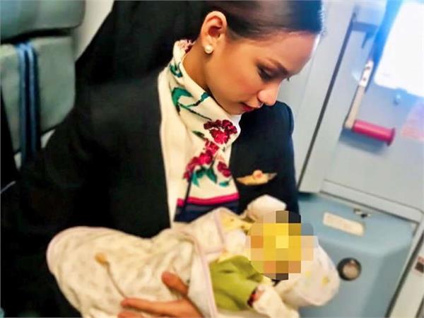 air hostess breastfeeds stranger s crying baby after mum runs out of formula