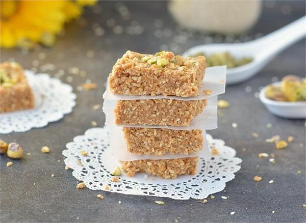 Winter Recipe: घर पर बनाएं स्वादिष्ट कुरकरी तिल की गजक