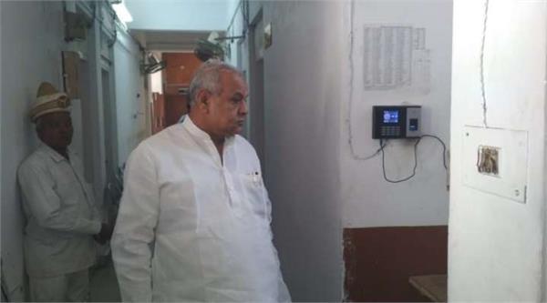 cabinet minister satyadev pachauri did surprise inspection
