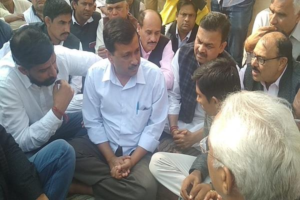 arvind kejriwal s padded pains reached the deceased farmer s house