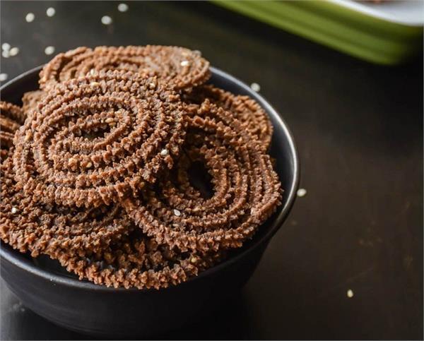 चाय की गर्मा-गर्म चुसकी के साथ चखे Baked Ragi Chakli का स्वाद