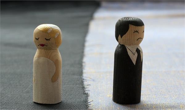 पार्टनर पहले से है Divorce तो लोग सुनाएंगे इस तरह की बातें