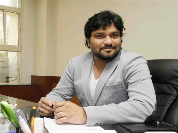 babu supriyo took the dog along with the train for the network